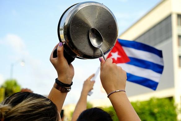 """كوبا في """"اللحظة الفاصلة"""".. أسباب ومستقبل الاحتجاجات غير المسبوقة          تقارير تحدثت عن اعتقال عشرات المحتجين في كوبا  الحرة / ترجمات - دبي:على مدى يومين، شهدت كوبا احتجاجات شعبية نادرة، هي الأولى من نوعها منذ عقود، ترافقت Cuba.t1"""
