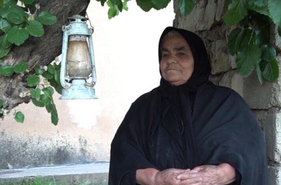 شاهد.. ما قصة الفانوس المعلق على شجرة في العراق منذ ٢٢ عاما؟  في حالة غريبة من نوعها علقت سيدة عراقية فانوسا على غصن شجرة قب Fanus.K