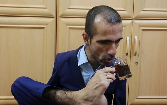 يعيل أسرة ويرفض الاستسلام - شاهد .. عراقي ولد بلا يدين يكتب ويقود سيارته بقدميه Goranfatih