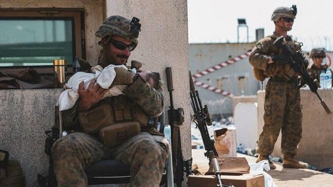خبر سار عن الرضيع الأفغاني الذي هز العالم بصورته في مطار كابل Ph1