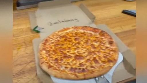 """فيديو شاهده اكثر من ثلاثين مليون / خدعة لا تصدق.. سرق قطع بيتزا كبيرة ولم تتغير الفطيرة!        خلال الساعات الماضية، غدا مقطع فيديو انتشر على تطبيق """"تيك توك""""، حديث مواقع التواصل الاجتماعي، حيث شاهده ملايين الناس وتمت مشاركت Piza4"""