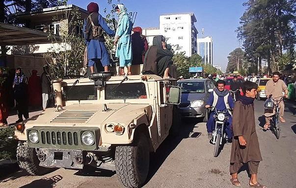 «طالبان» تعيد عقارب الساعة في أفغانستان ٢٠ عاماً           كابل - لندن: «الشرق الأوسط»:أعادت حركة «طالبان» عقارب الساعة 20 ع Talban.Kbl3