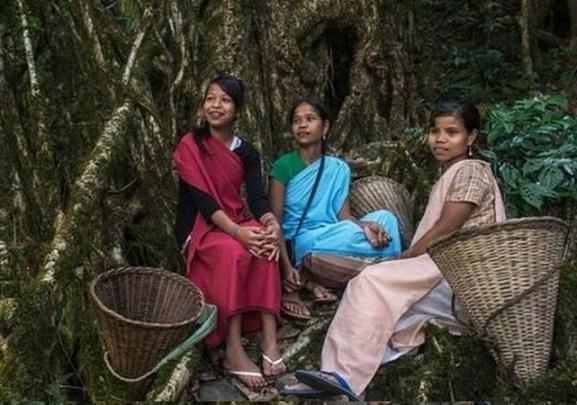 قصة القبيلة التي يُنسب فيها الطفل لأمه وينتقل الرجل للعيش في منزل زوجته Adat.Innd