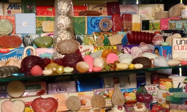 شاهد- مسن عراقي يحتفظ بقطع صابون بعضها تجاوز عمرها ١٠٠ عام!! Saifa.100