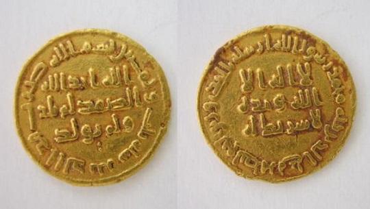 اكتشاف دينار أثري من الذهب يعود لعصر هارون الرشيد في السعودية     دبي،(CNN) -- كشفت بعثة قسم السياحة والآثار بجامعة حائل في Dinar.Amawi