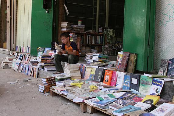 شارع المتنبي يستعيد نبضه وينفض الغبار عن كتبه        Mutanabi.st.4