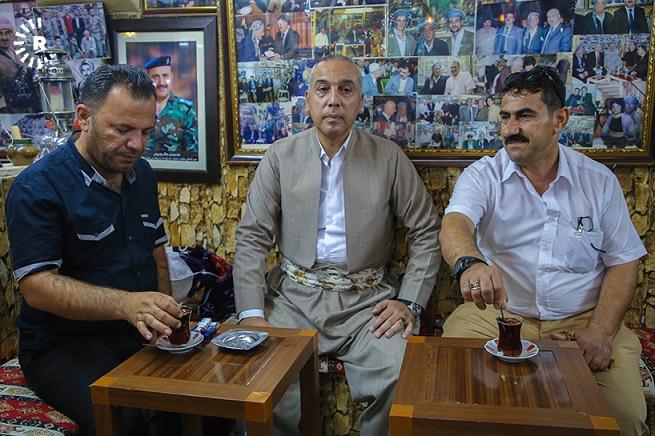 """بالصور/ رغم الأجواء شديدة الحرارة .. أهالي أربيل يستمتعون بشرب """"إستكان الجاي"""" في المقاهي      Arbil.Tea"""